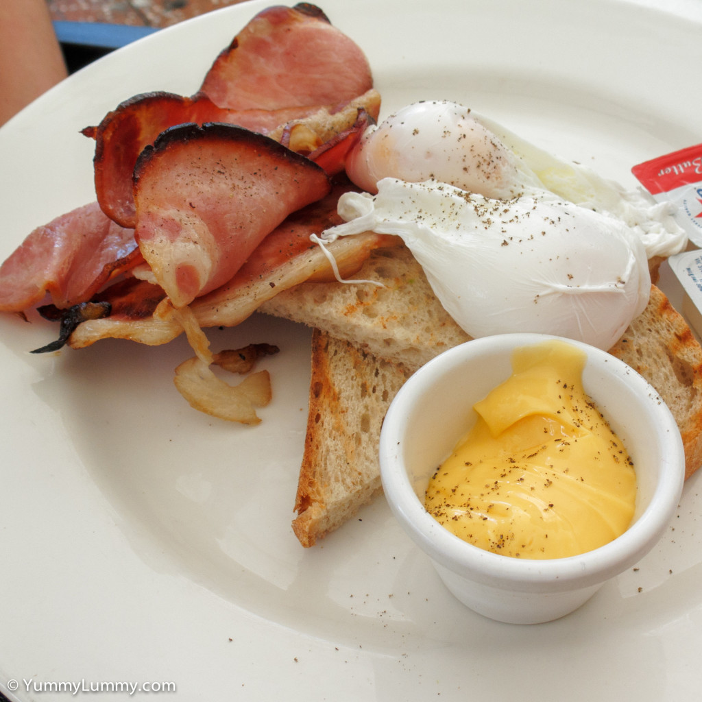 Bacon and poached eggs with Hollandaise sauce