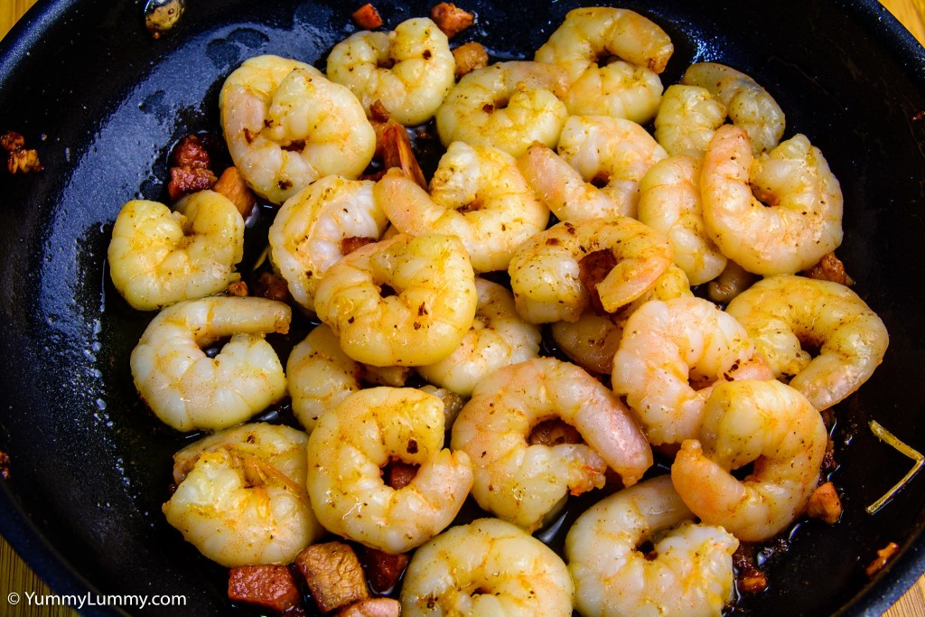 Cooked prawns and bacon pieces