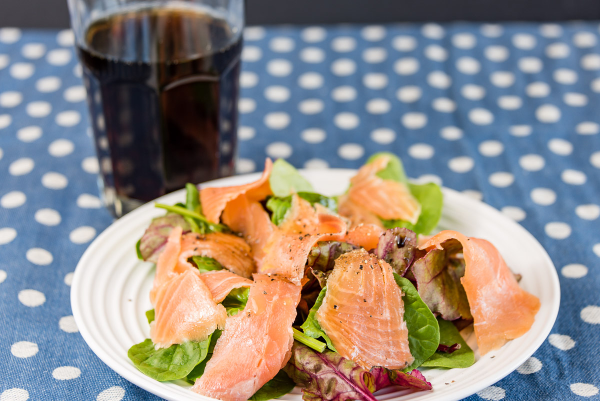 Smoked salmon with spinach leaves, balsamic vinegar and olive oil