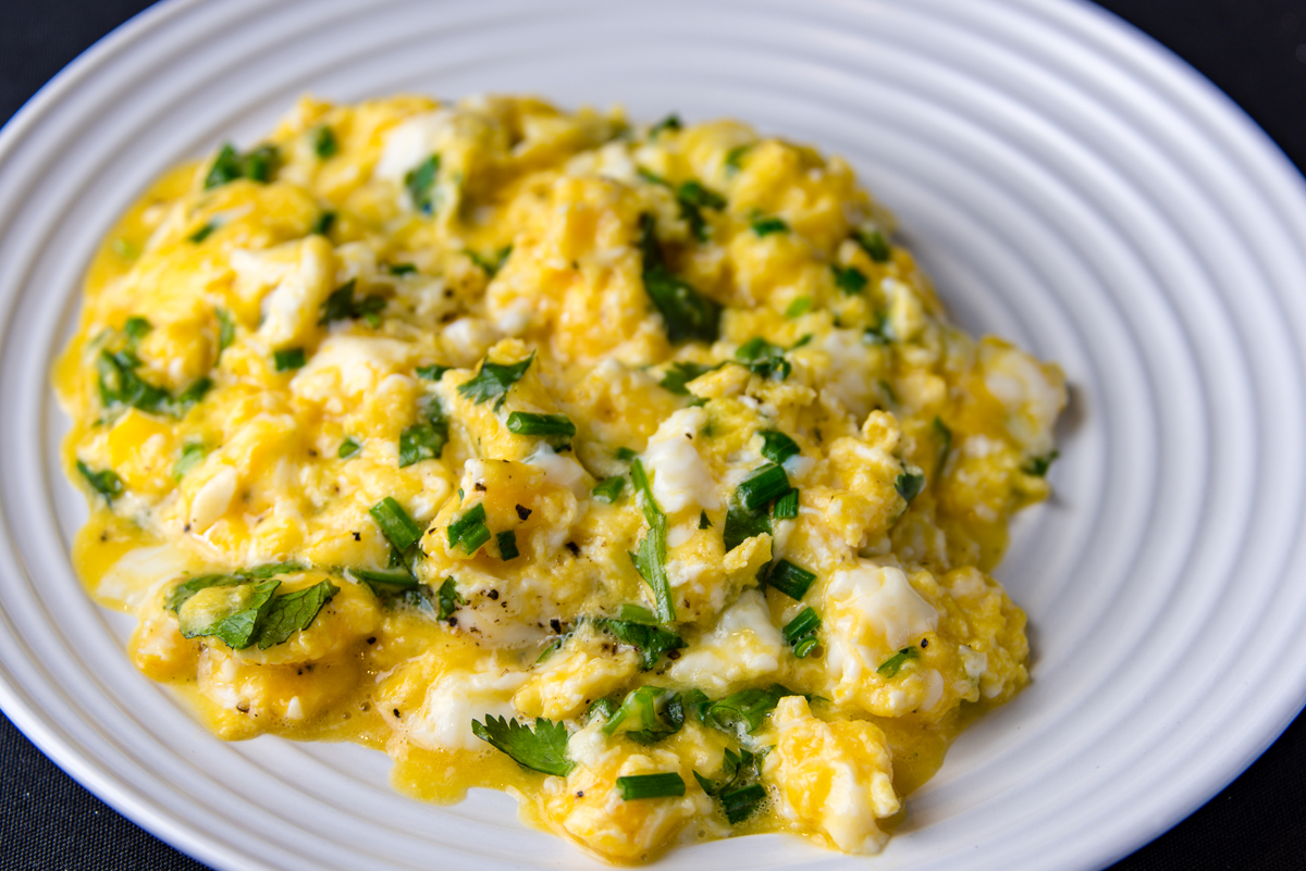 Scrambled eggs with cheese and chives