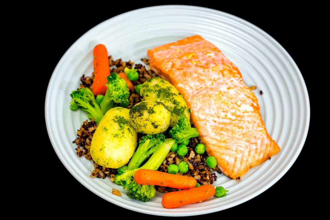 Monday dinner | Baked salmon with crunchy quinoa rice and vegetables